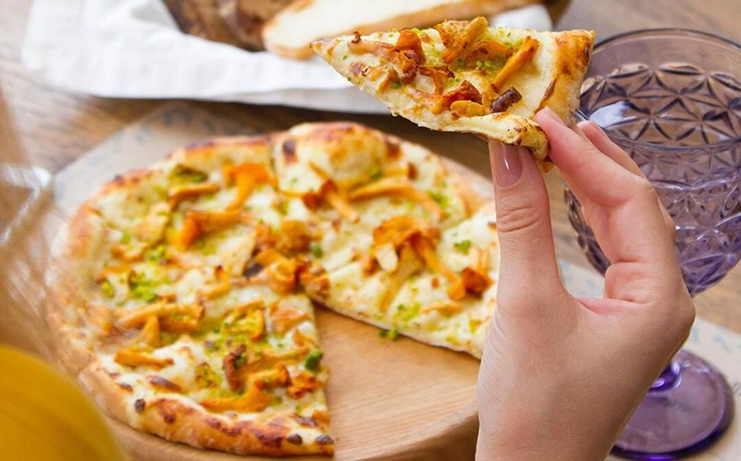 Хрустящая горячая пицца с лисичками и трюфелем