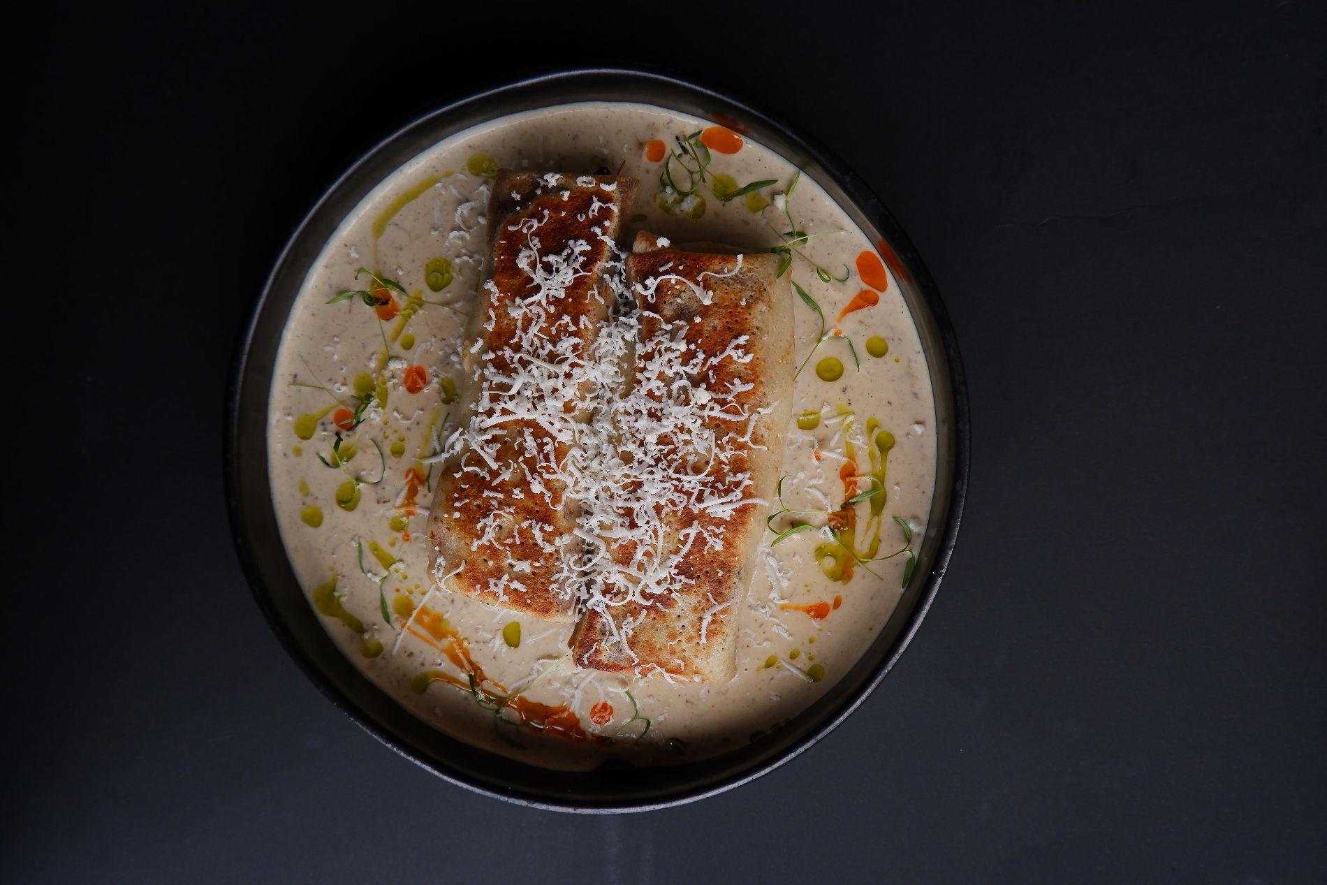 Блины с говяжьи щеками и соусом из белых грибов ©Фото предоставлено PR-службой ресторана «Скотина»