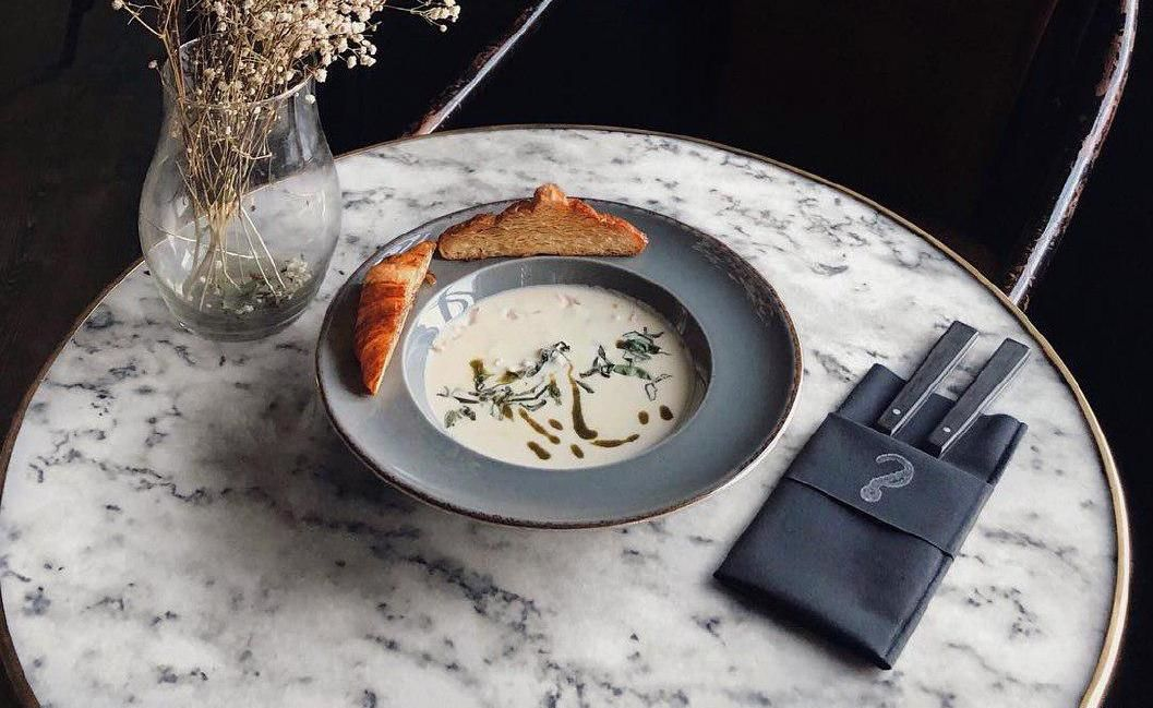 Сырный крем-суп с копченым куриным филе ©Фото со страницы бара «Детектив, где вы?» в инстаграме www.instagram.com/detektiv_gde_vi