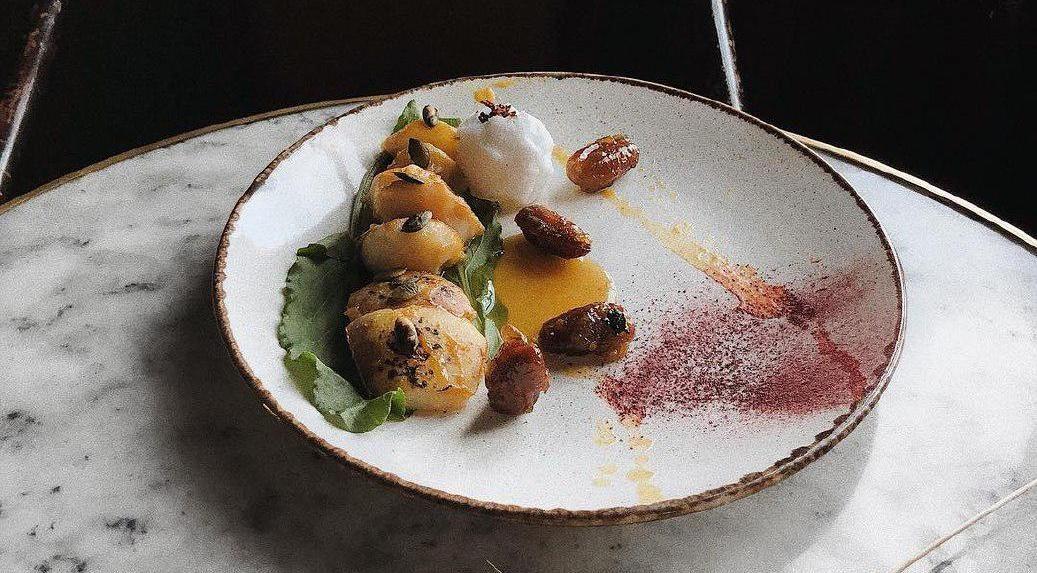 Карамелизованная груша и финики под соусом из маракуйи и манго
