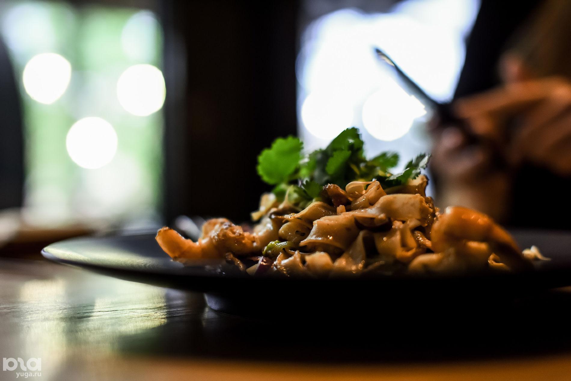 Лапша пад тай в ресторане «Томми Lee» ©Фото Елены Синеок, Юга.ру