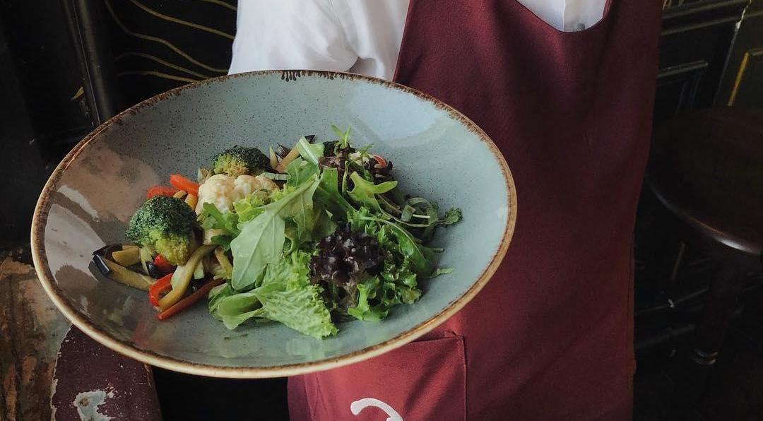Салат с обожженным на гриле баклажаном, цветной капустой и брокколи ©Фото со страницы бара «Детектив, где вы?» в инстаграме www.instagram.com/detektiv_gde_vi