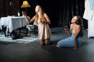 Кадр из спектакля «Пила вино и хохотала. Красное» © Фото предоставлено «Театром двух»