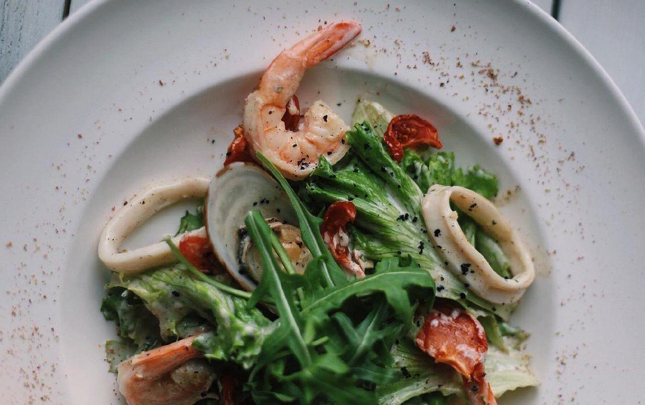 Теплый салат с морепродуктами ©Фото со страницы кафе «Инжир» в инстаграме www.instagram.com/cafeinjir