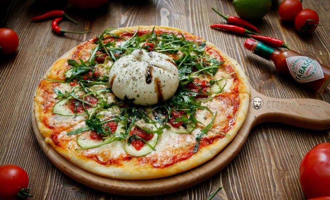 Пицца с сыром буррата, пряными травами и рукколой ©Фото со страницы ресторана «Старый город» в инстаграме www.instagram.com/old_city_rest