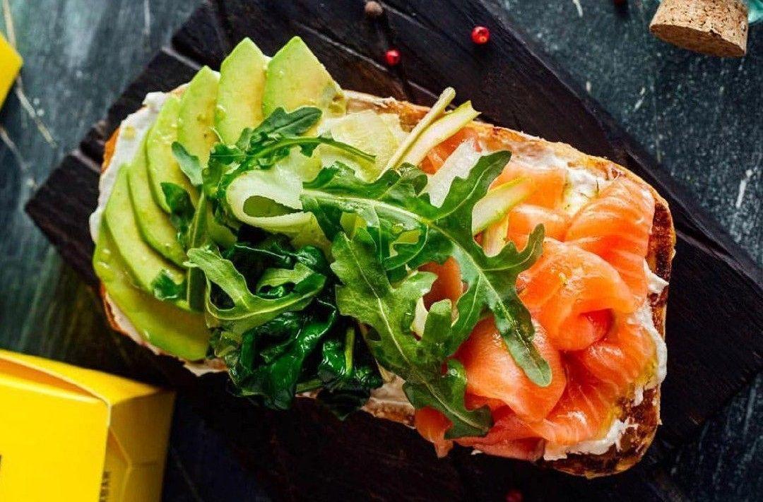 Брускетта с лососем ©Фото со страницы бургер-бара «Нахлебник» в инстаграме www.instagram.com/nahlebnik_bar