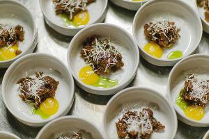 Тартар из баранины с овечьим сыром и гелем из желтка ©Фотография предоставлена рестораном «Скотина»