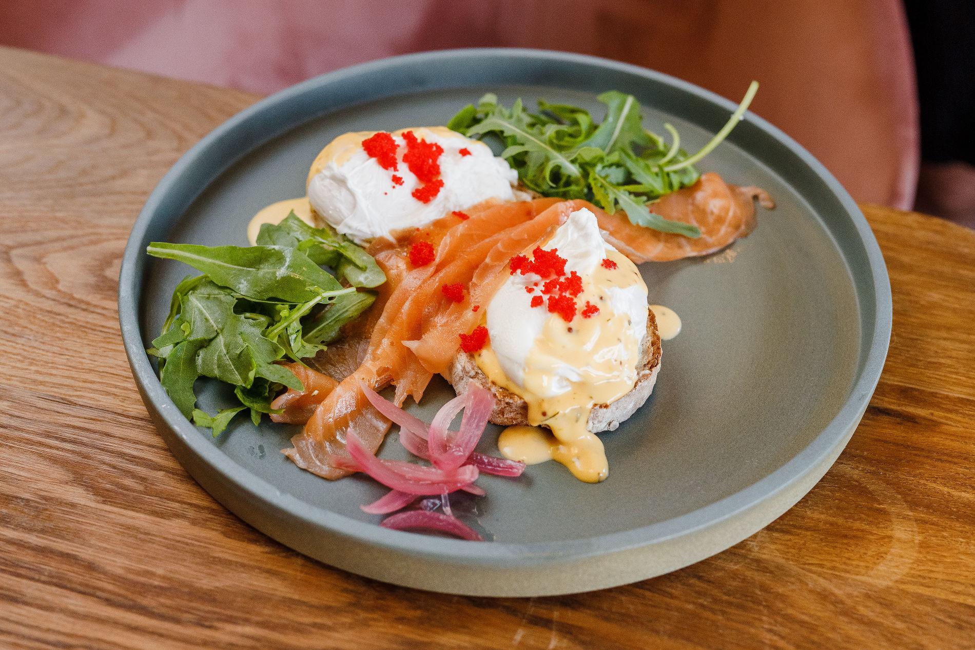Брускетта с лососем и яйцом пашот ©Фотография предоставлена заведением