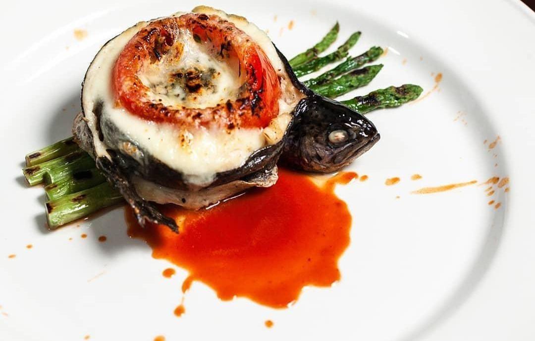 Запеченная форель с томатами, спаржей и сыром пармезан ©Фото со страницы ресторана «Шерлок Холмс» в инстаграме, www.instagram.com/holmes_pub