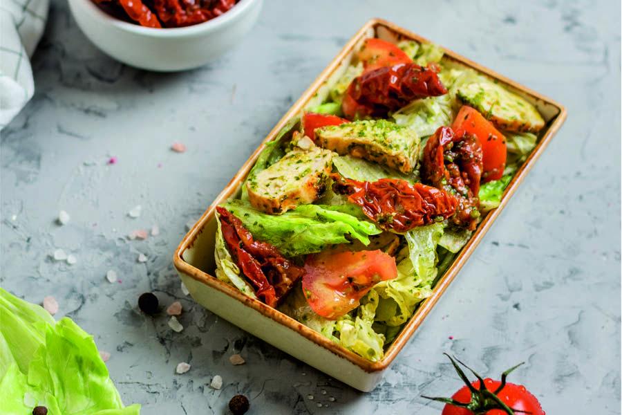 Салат с курицей и вялеными томатами ©Фотография предоставлена заведением