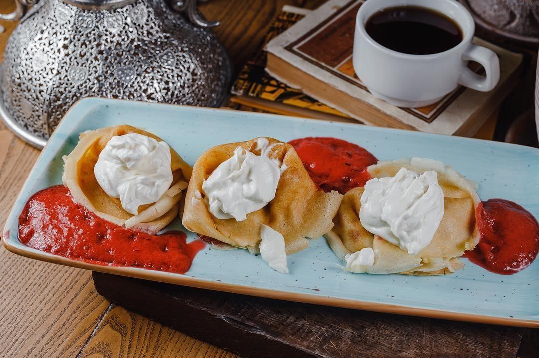 Блины с малиновым муссом ©Фото со страницы ресторана «Веники-Вареники» в инстаграме