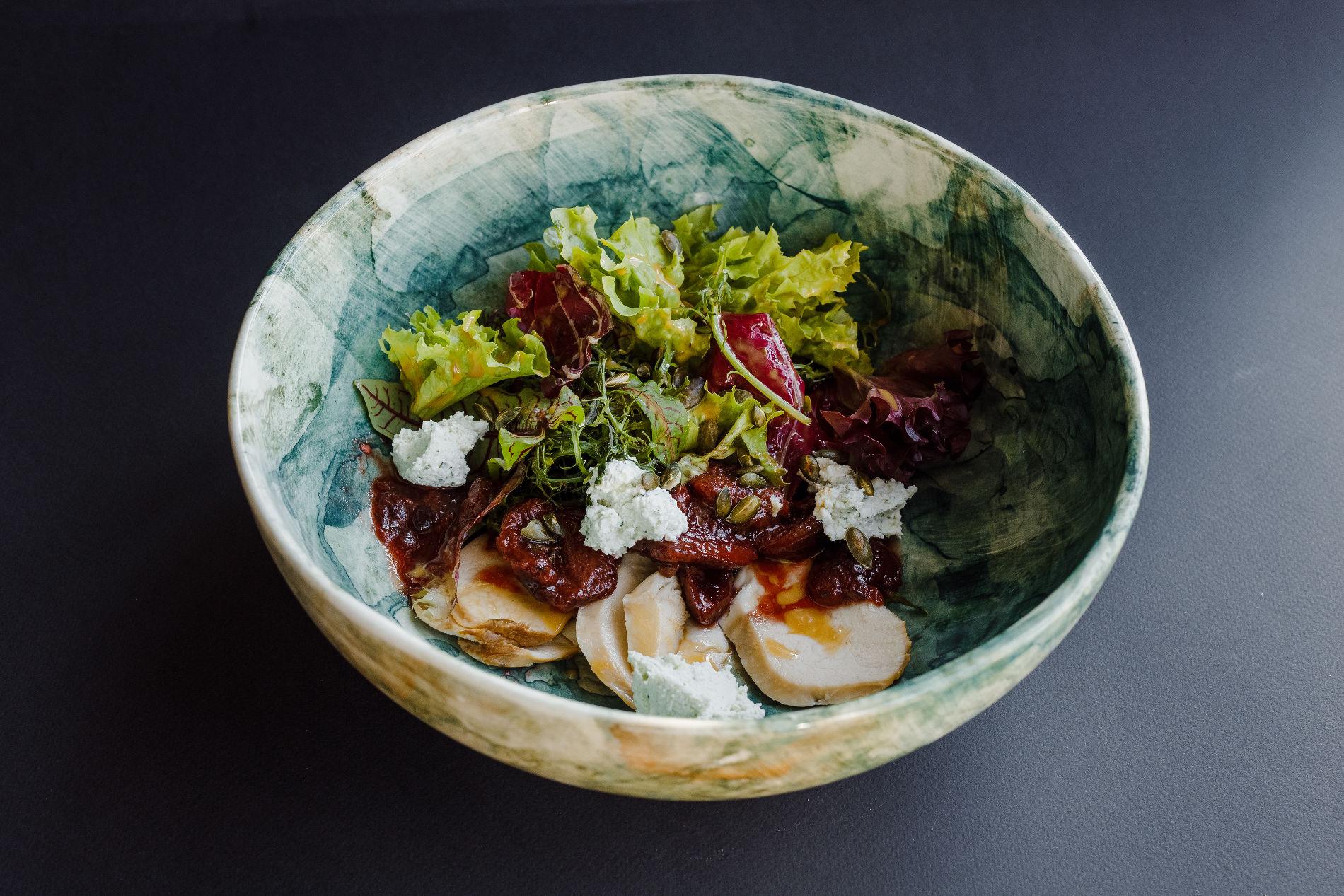 Салат с копченым цыпленком и соусом из сливы ©Фотография предоставлена рестораном «Скотина»