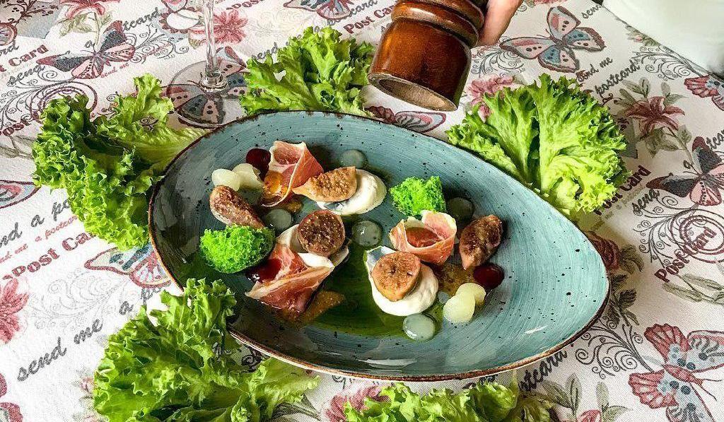 Салат с томленым инжиром, маринованной дыней, сливочным кремом и пармой ©Фото со страницы ресторана «Абажур» в инстаграме www.instagram.com/abajour_rest