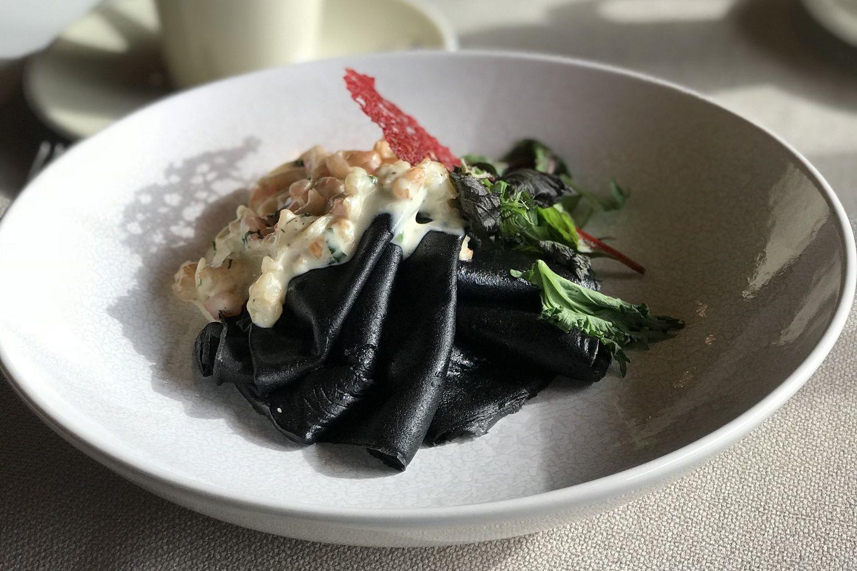 Черные блины с креветками и стеблем бамбука в ресторане «Ателье вкуса» ©Фото предоставлено рестораном