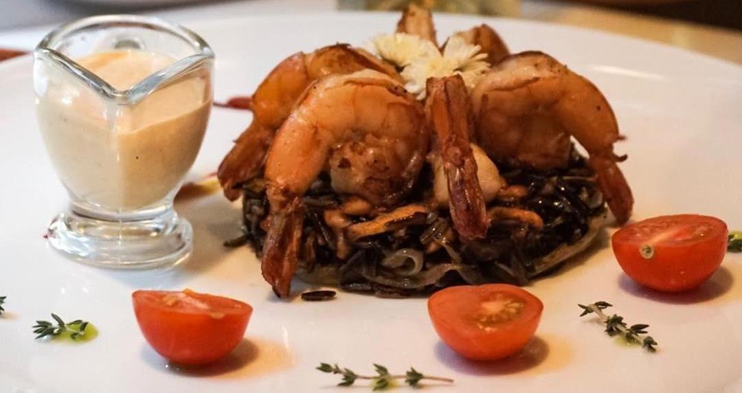 Креветки с диким рисом и лисичками