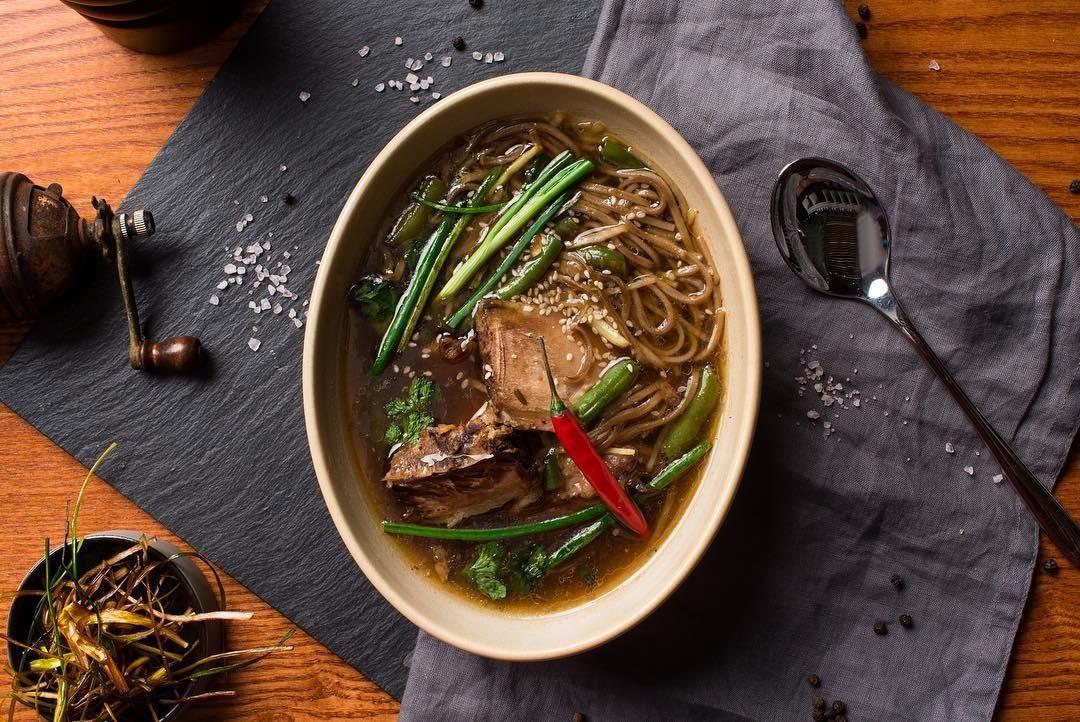 Азиатский суп с гречневой лапшой ©Фото со страницы ресторана «Сын мясника» в инстаграме www.instagram.com/sonbutcher