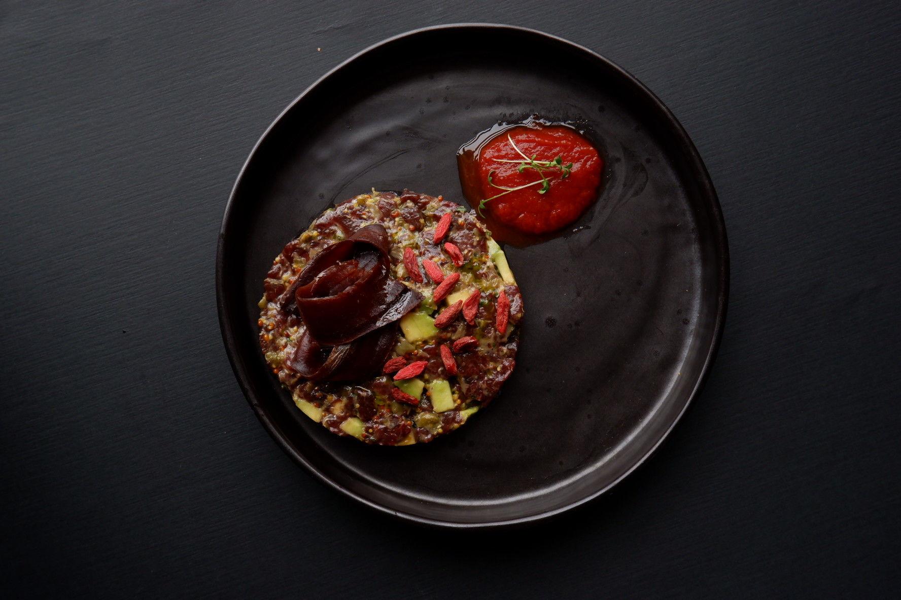 Тартар из оленины с авокадо и ягодами годжи ©Фотография предоставлена PR-службой ресторана «Скотина»