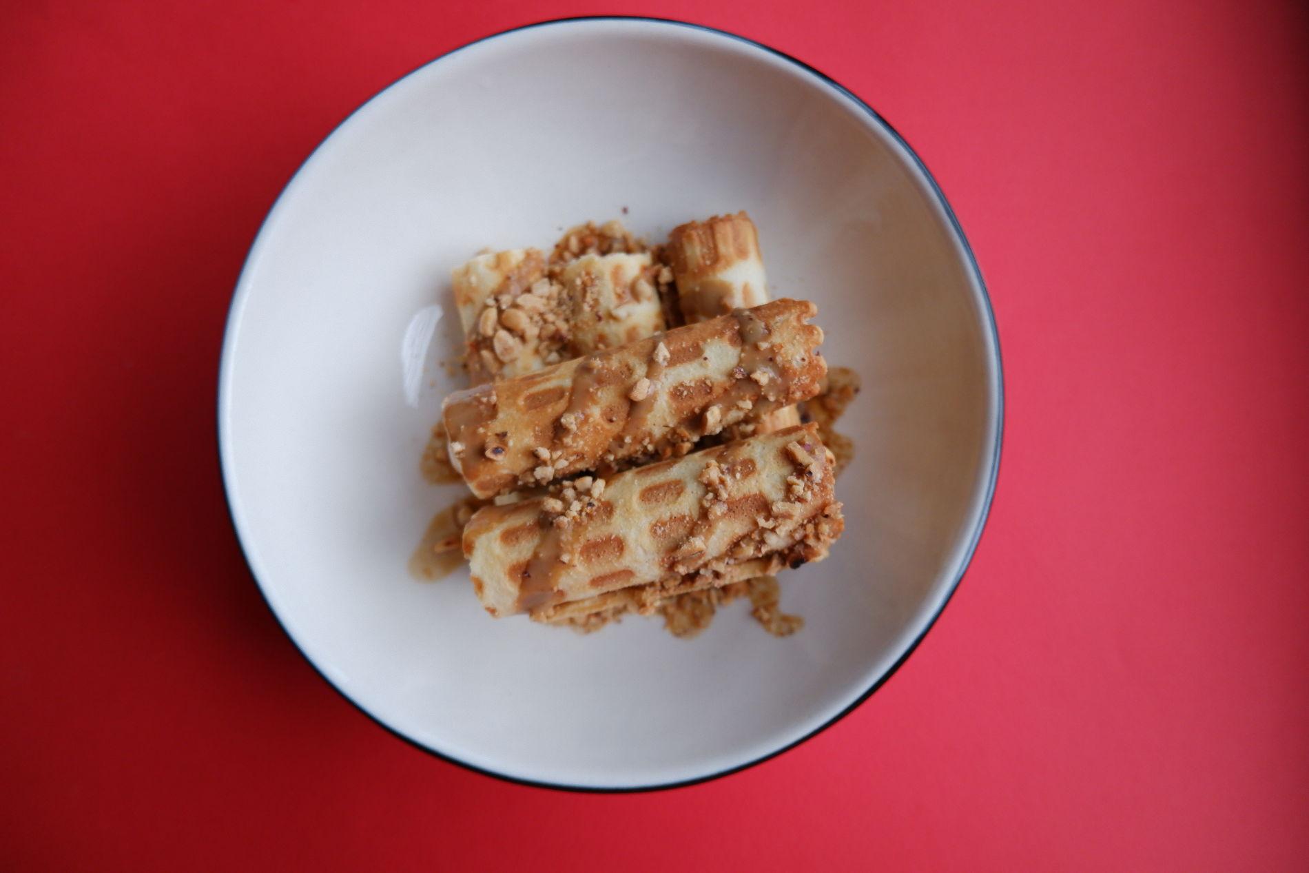 Вафельные трубочки с кремом из творожного сыра и вареной сгущенки ©Фото предоставлено PR-службой Mr. Drunke Bar