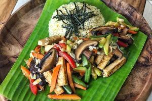 Веган-фрай с грибами шиитаке, обжаренным тофу и сезонными овощами © Фото со страницы кафе Bali Yummy в инстаграме www.instagram.com/baliyummycafe