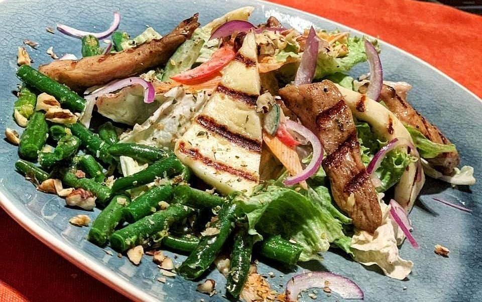 Салат с курицей гриль и жареным сыром халуми ©Фото со страницы ресторана «Ой, все!» в инстаграме www.instagram.com/oy_vse_krd_