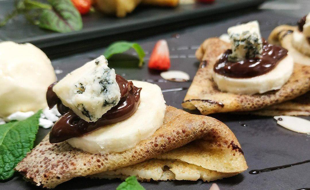 Блины с шоколадным соусом и сыром Дорблю ©Фото со страницы ресторана «Духанъ» в инстаграме www.instagram.com/duhanrestaurant