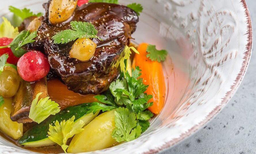 Говяжьи ребрышки с овощами паризиен с пряным соусом