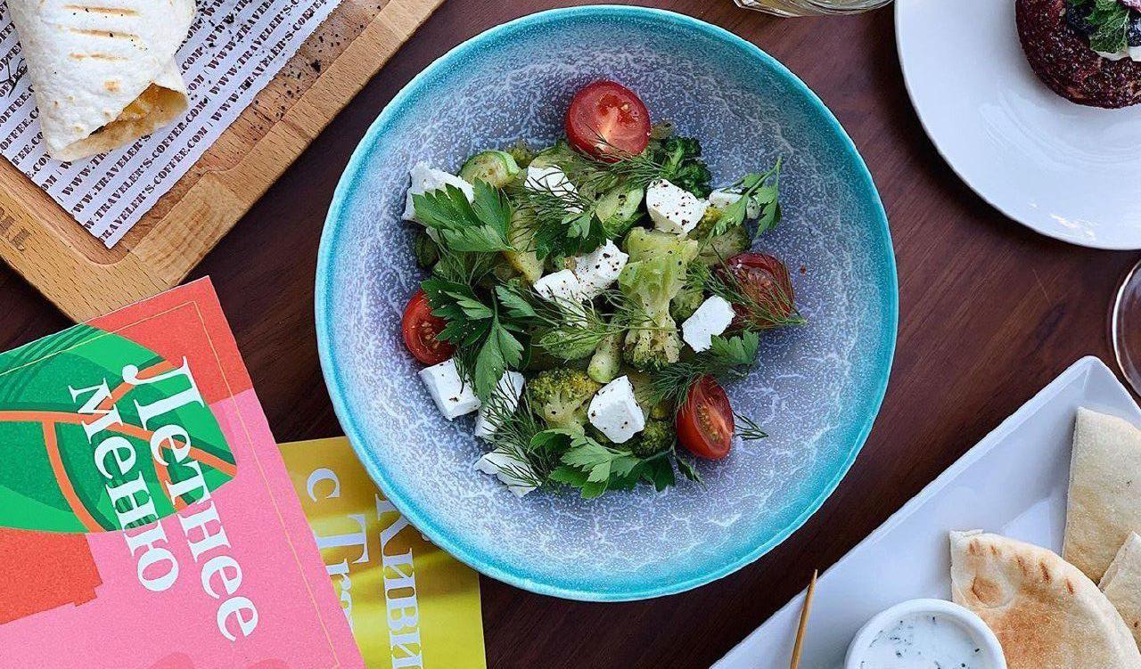 Овощной салат с брокколи и сыром фета ©Фото со страницы Traveler's Coffee в инстаграме, www.instagram.com/travelerscoffeekrasnodar