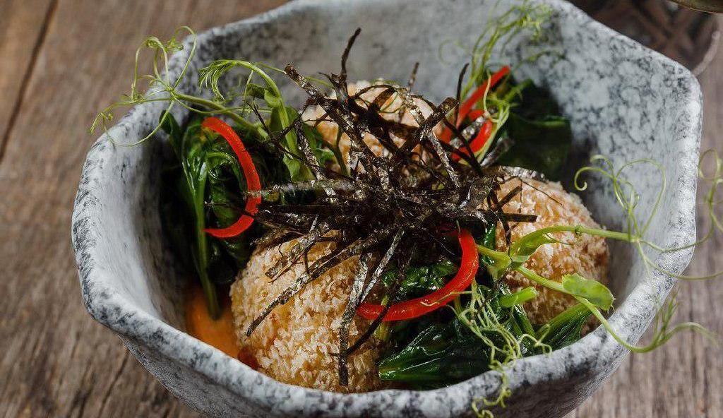 Фиш-бол из лосося в темпуре ©Фото со страницы ресторана «Томми Lee» в инстаграме, www.instagram.com/tommilee_cafe