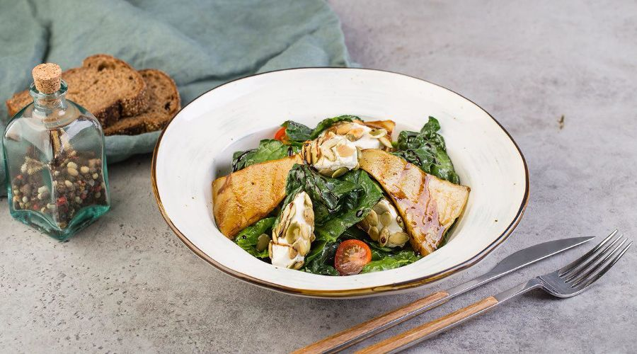 Салат с творожным сыром и шпинатом © Фотография предоставлена заведением