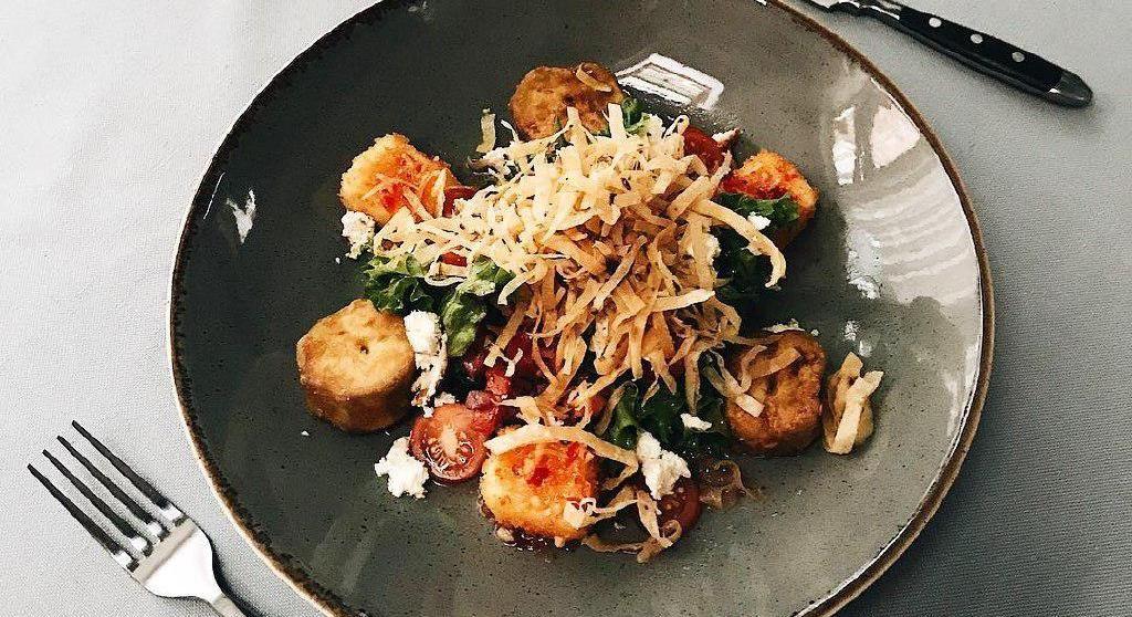 Салат с баклажанами и жареным сыром сулугуни