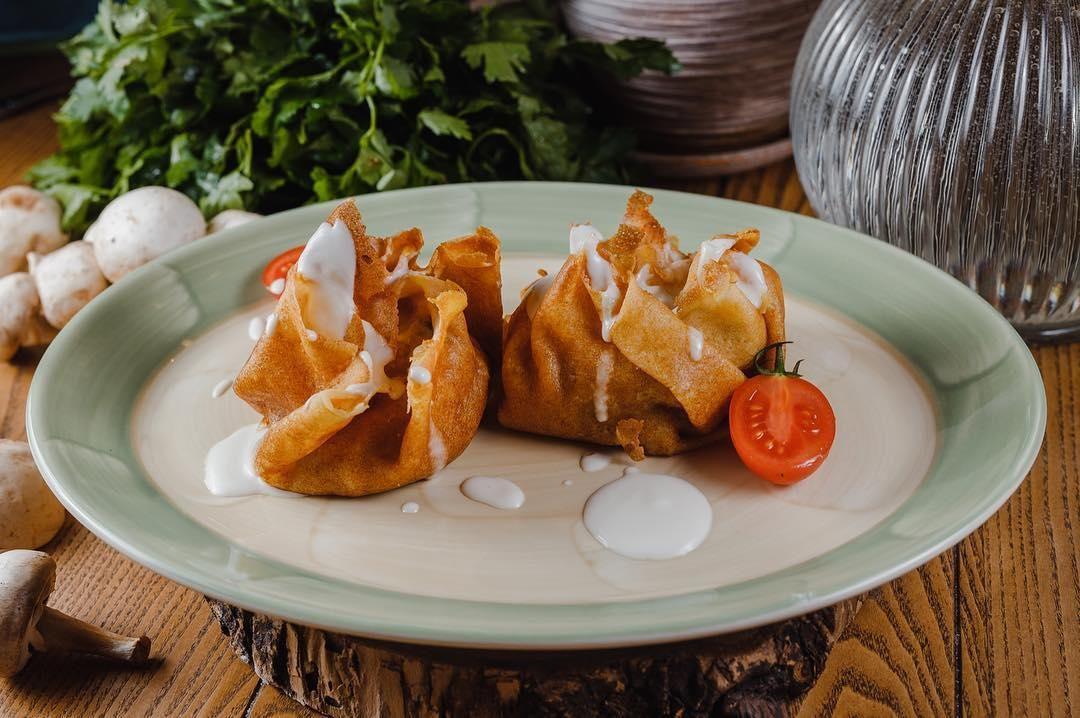 Блины с курицей, грибами и сливочно-сырным соусом ©Фото со страницы ресторана «Веники-Вареники» в инстаграме