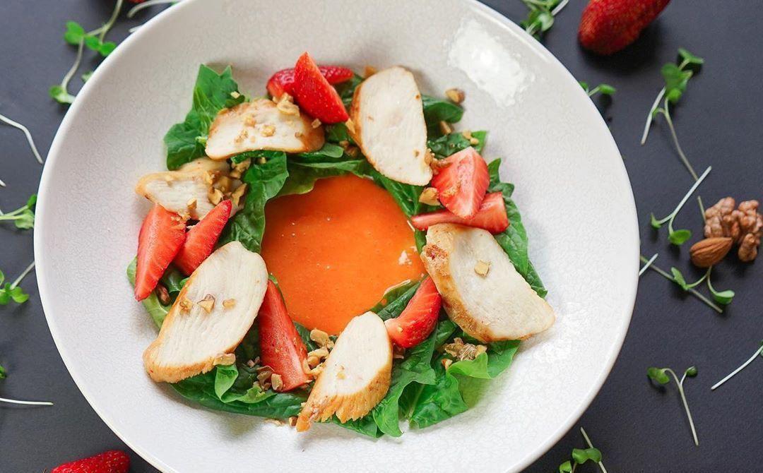 Салат со свежим шпинатом, курицей кимчи, клубникой и апельсиновым гелем ©Фото со страницы ресторана «Ателье вкуса» в инстаграме