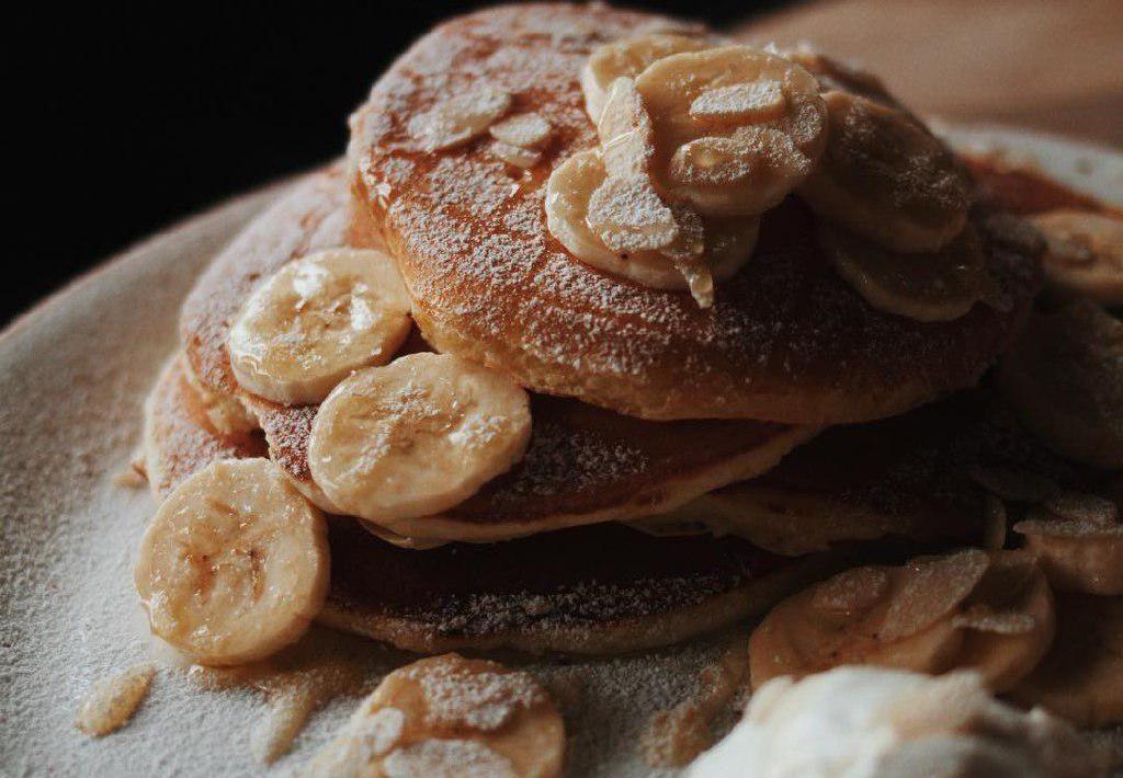 Панкейки с бананом, мягкой карамелью и крем-чизом ©Фото со страницы Red mango в инстаграме www.instagram.com/redmango_krasnodar