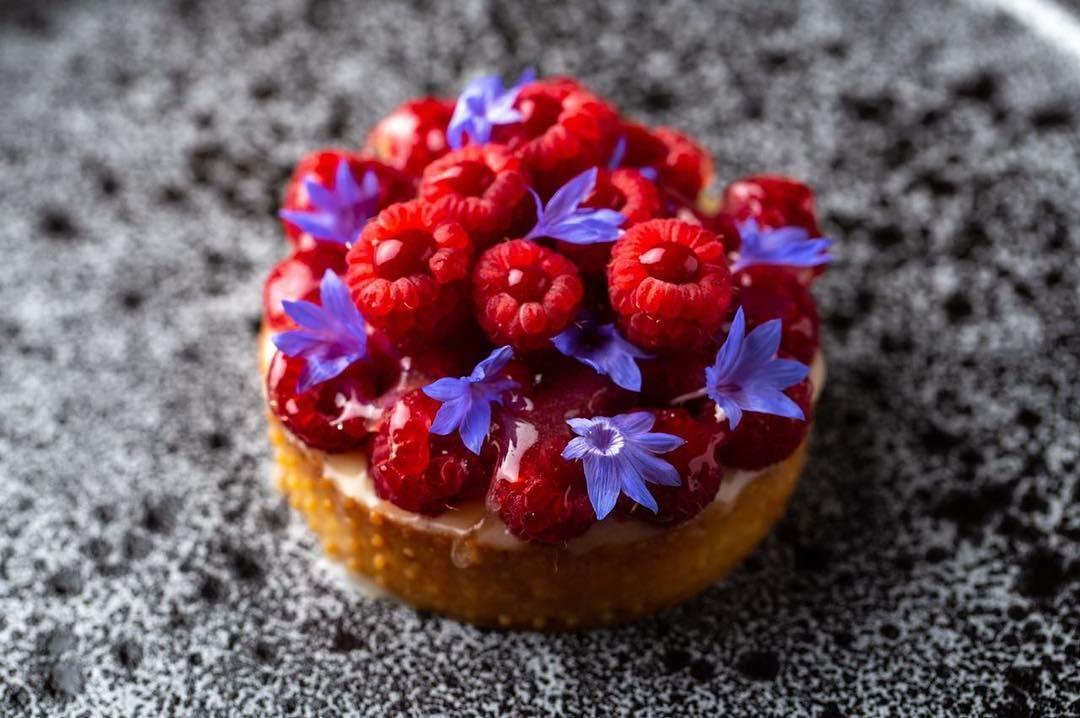Малиновый тарт с творожным муссом