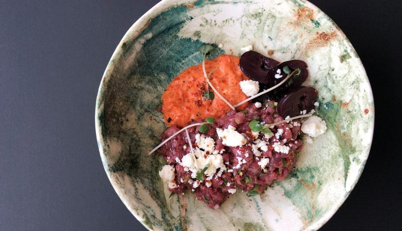 Тартар из выдержанной баранины с овечьим сыром, муссом из печеного перца и моченым виноградом ©Фотография предоставлена рестораном «Скотина»