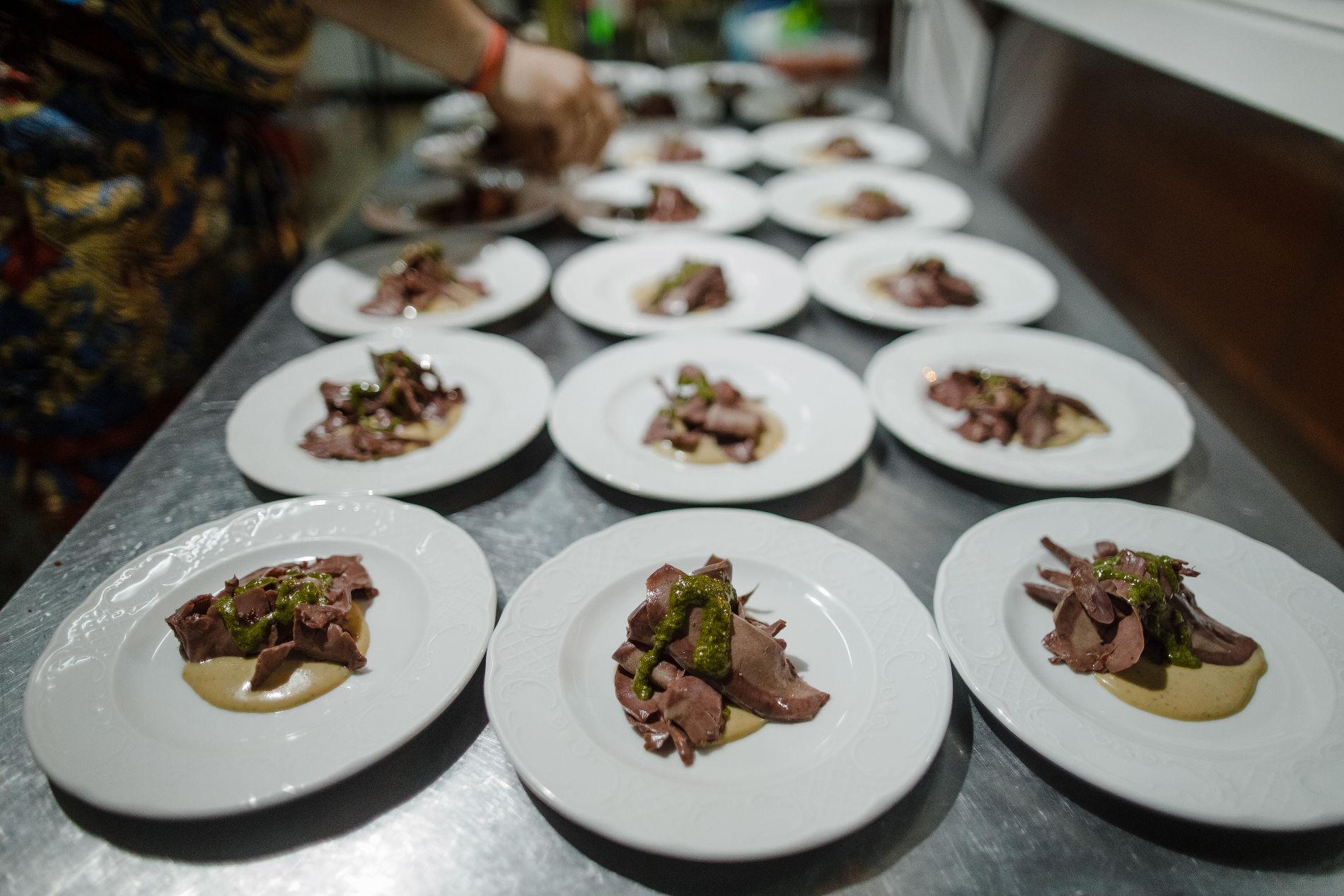 Пастрами из свиного сердца с соусом из тунца ©Фотография предоставлена заведением