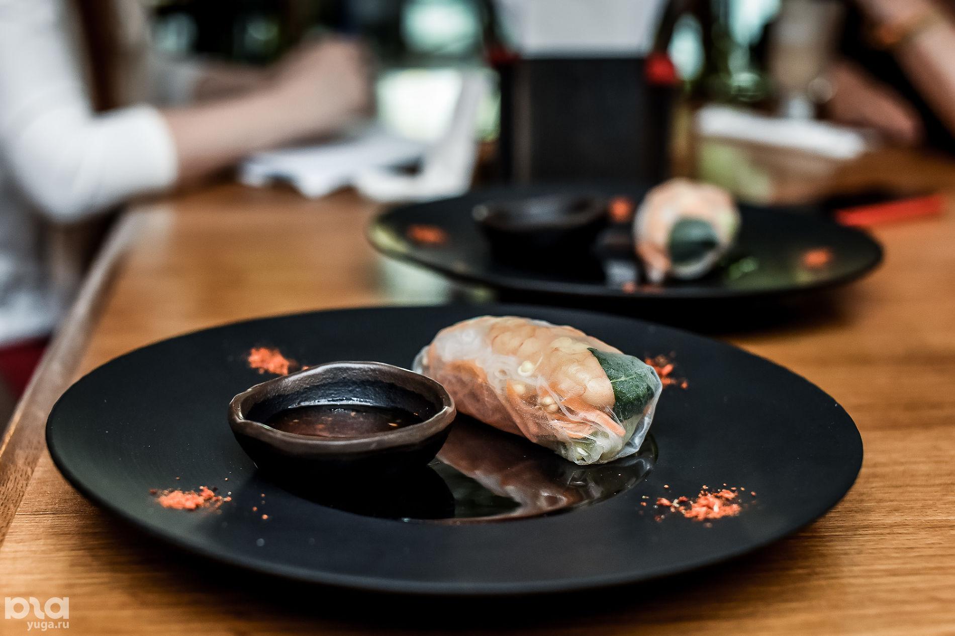 Спринг-роллы в ресторане «Томми Lee» ©Фото Елены Синеок, Юга.ру