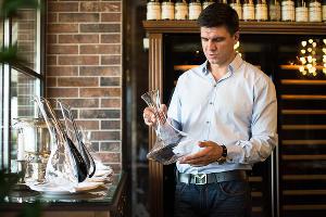 Главный сомелье Краснодарского края Григорий Чегодаев в винном ресторане Wine&Vine © Фото Елены Синеок, Юга.ру