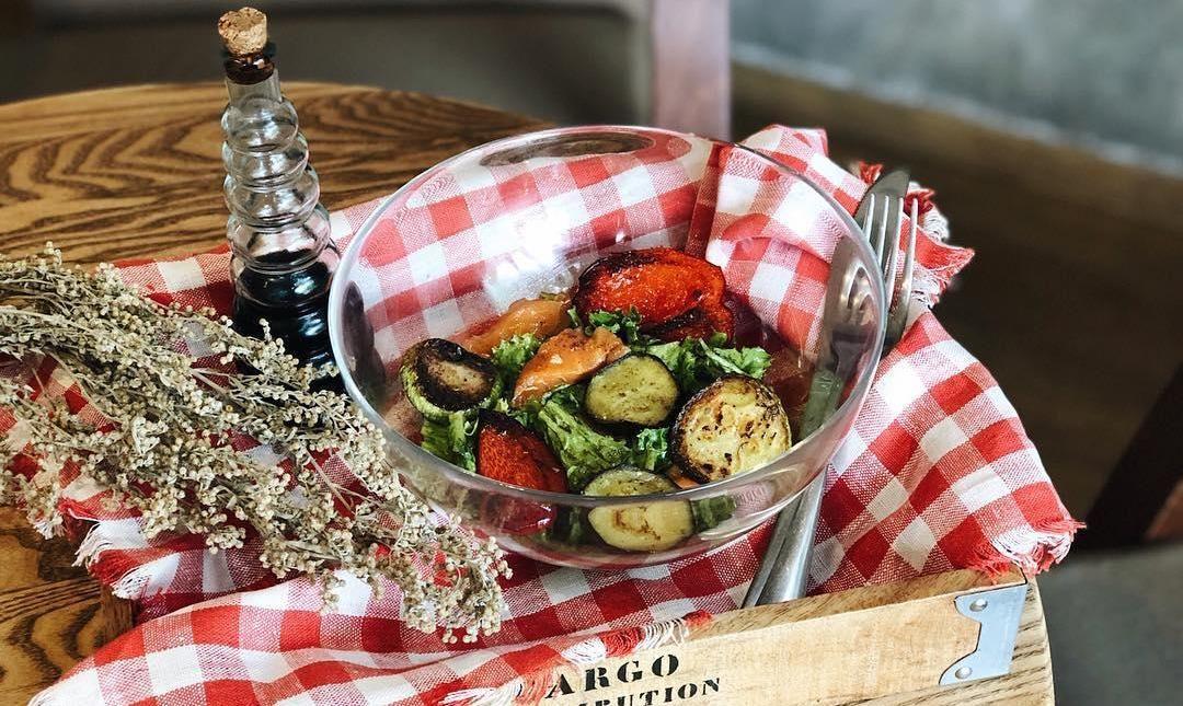 Салат с обжаренными овощами и лососем с оливково-соевой заправкой ©Фото со страницы паста-бара Past Perfect в инстаграме www.instagram.com/pastperfect_krd