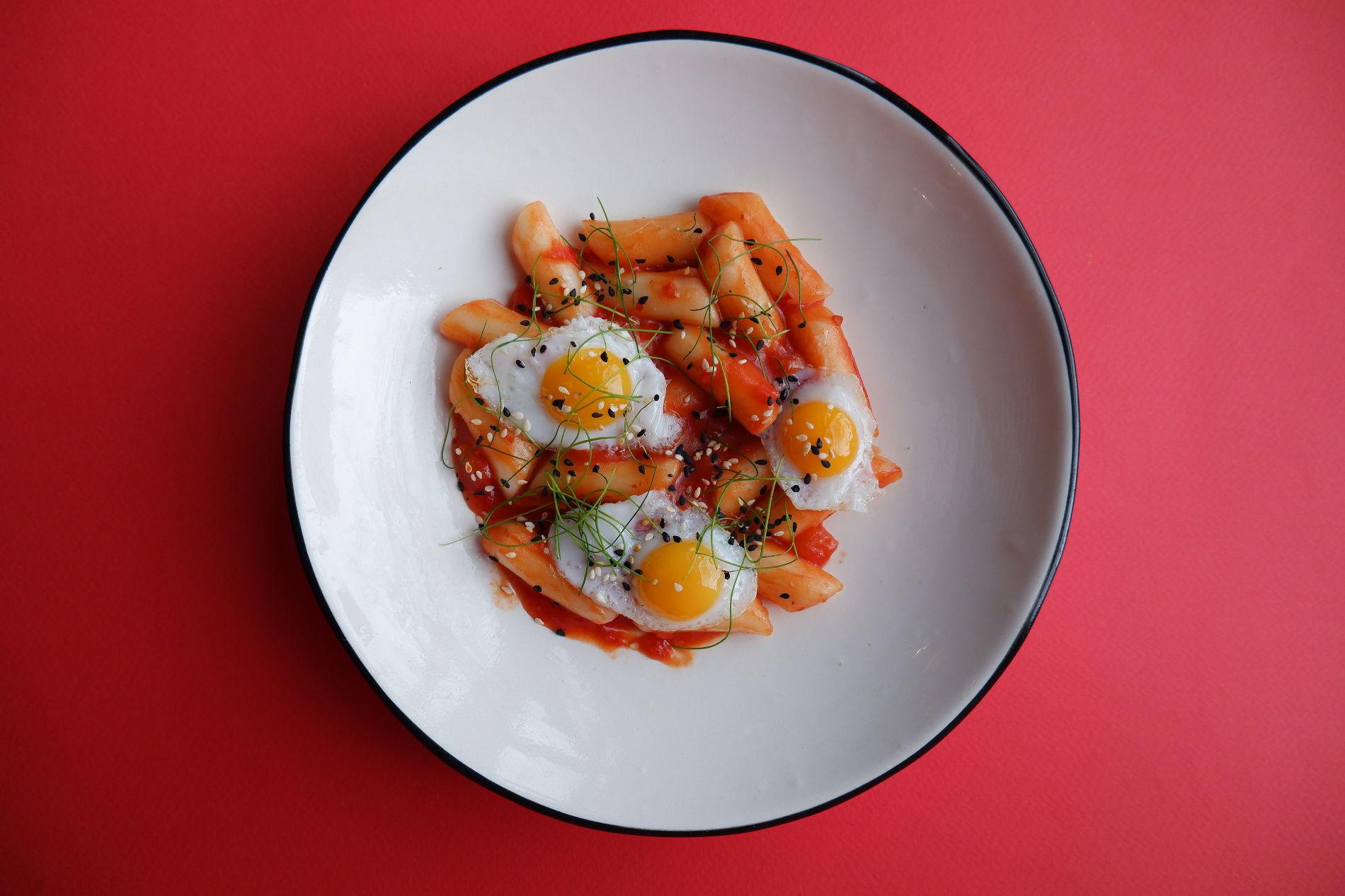 Токпокки томленые с томатами и перцем чили ©Фото предоставлено PR-службой Mr. Drunke Bar
