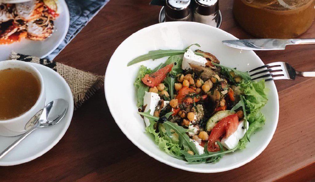Салат из печеных овощей с сыром и нутом