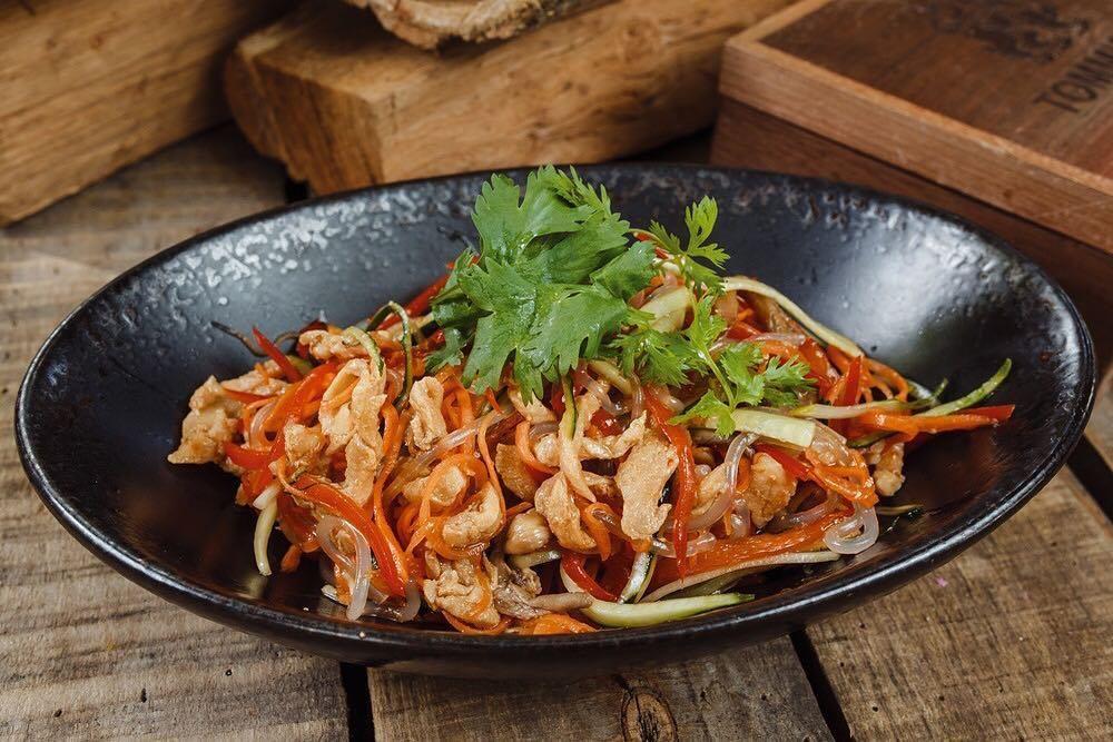 Корейский салат с курицей ©Фото со страницы «Томми Lee» в инстаграме www.instagram.com/tommilee_cafe