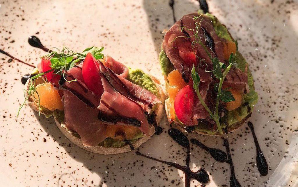 Брускетты с гуакамоле из горошка, абрикосом и пармой ©Фото со страницы бистро Луи Бидон в инстаграме, www.instagram.com/lui.bidon