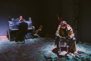 Кадр из спектакля «Маленькая трагедия» ©Фото Антона Ерошина