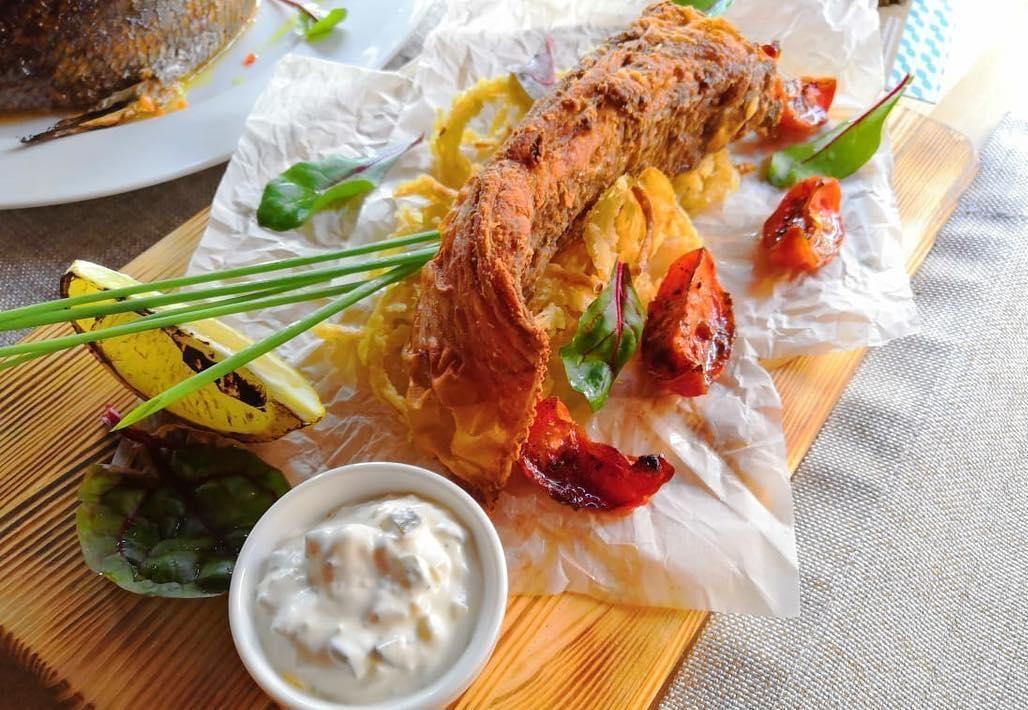 Крылья ската с луком-фри, вялеными томатами и соусом тартар ©Фото со страницы кафе «Итальяшка» в инстаграме, www.instagram.com/cafe_italyashka