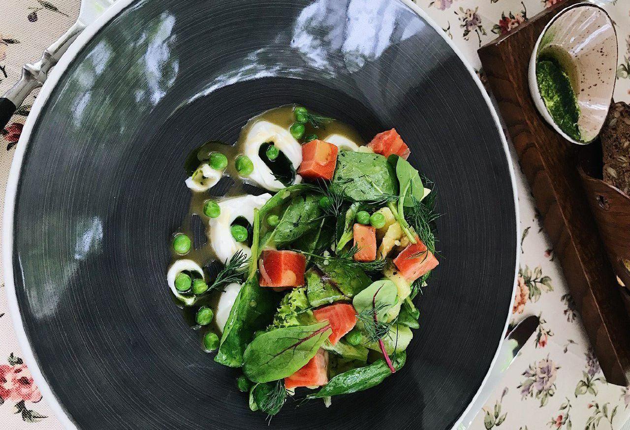 Салат с малосольной неркой, картофелем и сметаной