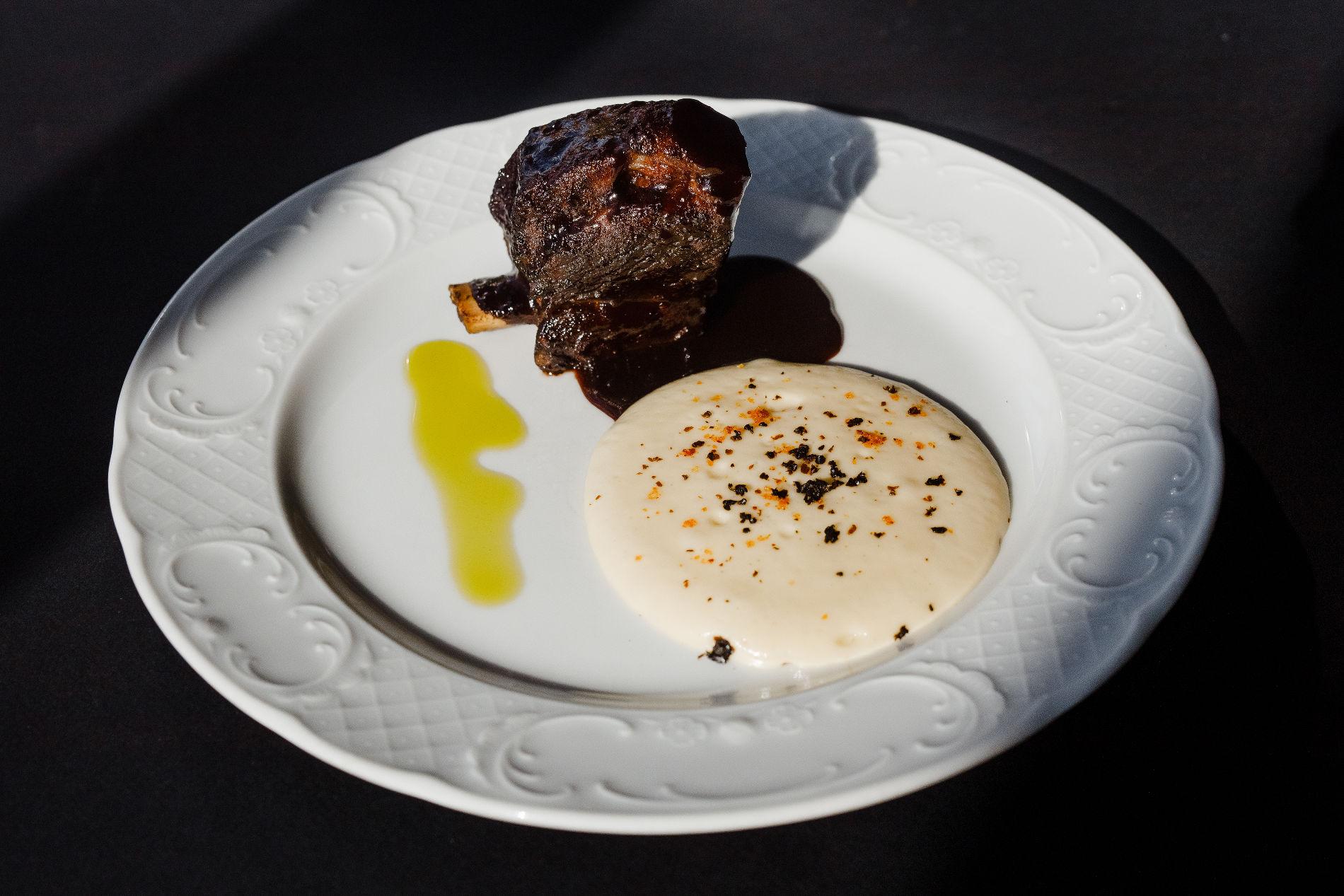 Говяжье ребро в соусе из рябины с муссом из жареного картофеля ©Фотография предоставлена заведением