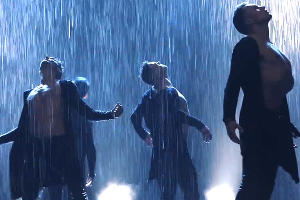 © Скриншот видео с сайта youtube.com, шоу под дождём. театр танца ИСКУШЕНИЕ