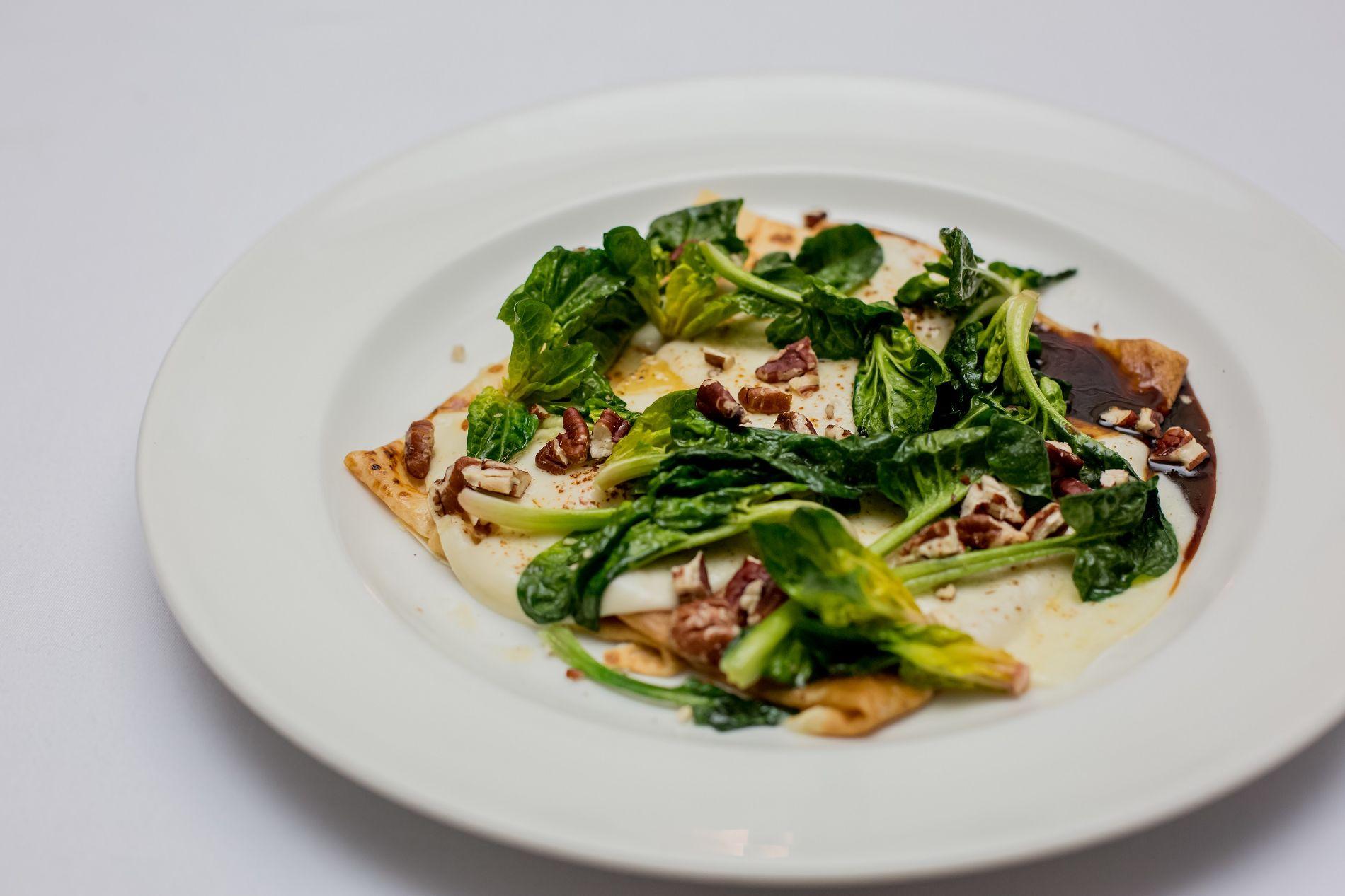 Блины с сулугуни, шпинатом и карамельным пеканом в ресторане Red Fox ©Фото предоставлено рестораном