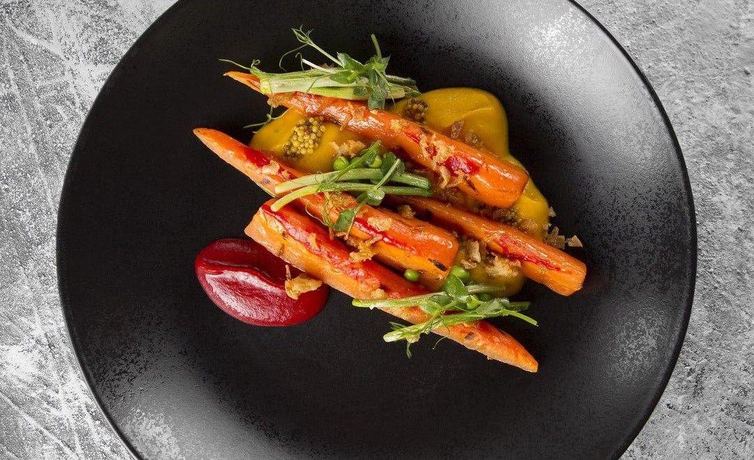 Морковь с кремом барбекю ©Фото со страницы ресторана «Угли-Угли» в инстаграме, www.instagram.com/ugli_ugli